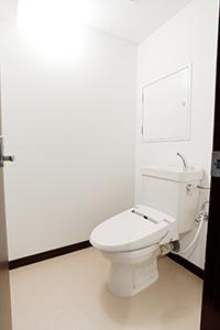 小さな応接間としての役割を持つトイレ