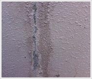 壁から錆び又は白い液体が染み出ている!!